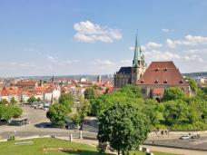 Blick von der Zitadelle Petersberg auf den Dom und den Domplatz