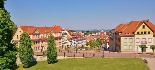 Blick vom Schloss hinunter zur Wasserkunst und zum Hauptmarkt mit dem Alten Rathaus
