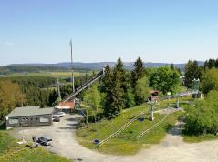 Überall rund um den Ort treffen wir auf Skilifte