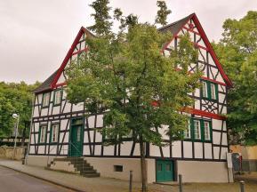 Fachwerkhaus neben der Kirche