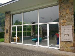 Pavillon mit Ausstellungsstücken im Kunstpark