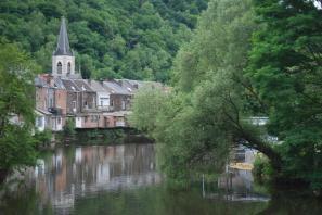 Häuser am Fluss (Foto Jean Housen | http://commons.wikimedia.org | Lizenz: Creative Commons Attribution-Share Alike 4.0 International)
