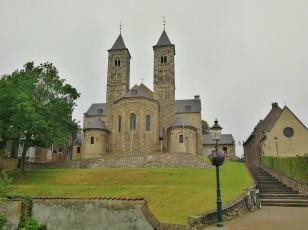 """Die Basilika von Sint Odilienberg, rechts daneben die Kapelle """"Onze Lieve Vrouwekapel"""""""