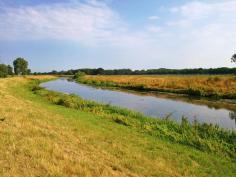 Kurz hinter Anholt erreichen wir die Bochholter Aa., die hier die Grenze zwischen Deutschland (links) und den Niederlanden (rechts) bildet