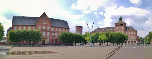 Ensemble am Benölkenplatz: Amtsgericht, Wasserturm und St.-Georg-Gymnasium (von links nach rechts)