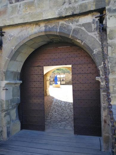 Blick durch das Burgtor in den Hof
