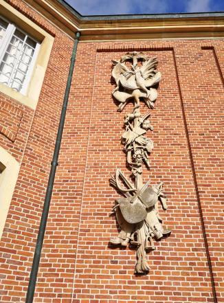 Bauschmuck an der Fassade mit dem Thema Jagd