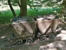 Loren an der Strecke der alten Muttentalbahn
