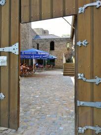 Blick durchs Burgtur auf die Gastronomie