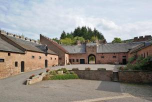 Wirtschaftsgebäude im Innenhof