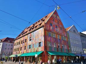 Das bunt bemalte Weberhaus am Moritzplatz