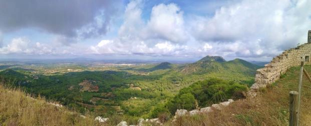 Panoramablick Richtung Inselmitte mit dem Kloster Sant Salvador