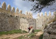 Überreste der alten Festungsmauer mit Zinnen