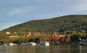 Die Sendemasteh auf dem Köigstzhl oberhalb von Heidelberg( rechts)
