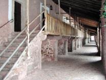 Der Laubengang, wo früher die Pilger und ihre Reittiere untergebracht waren