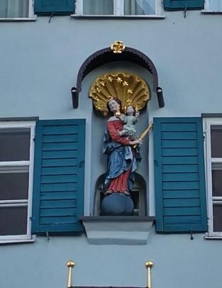 Marienfigur an einem Haus in der Altstadt