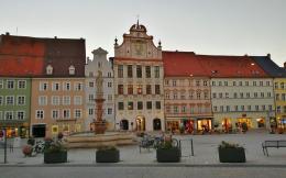 Blick über den Hauptplatz zum Alten Rathaus