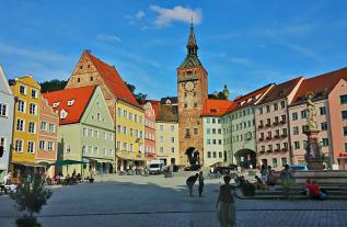 Blick vom Rathaus über den Hauptplatz zum Schmalzturm
