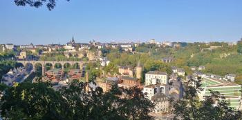 """Blick hinunter in den Stadtteil Clausen, auf die Passarelle und zur Oberstadt vom Aussichtspunkt im Park """"Kosakestee"""""""