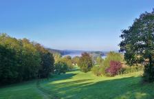 Blick durch den Kurpark von Murnau auf den Staffelsee