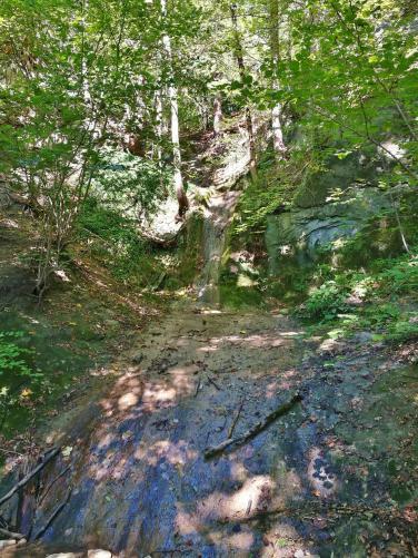 Der Drachenstich: Eine romantische Schlucht mit einem kleinen Wasserfall - bei unserem Besuch aber fast trocken
