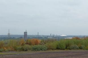 Blick von der Schurenbachhalde zum Nordsternpark, rechts die Arena Schalke