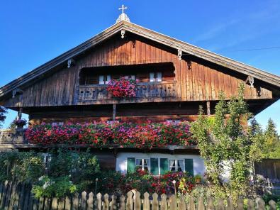 Bauernhaus mit typischer regionaler Architektur