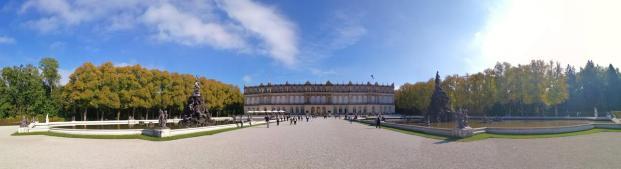 Panoramaaufnahme von der Gartenseite des Schlosses