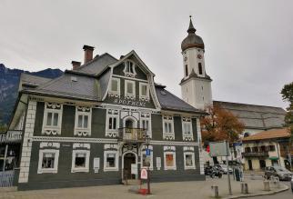 Alte Apotheke und Kirche in Garmisch