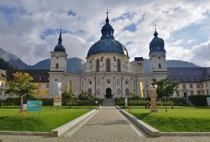 Blick vom Eingang der gesdhlossenen Anlage auf die Klosterkirche St Mariä Himmelfahrt