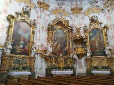 Heiligenbilder rechts vom Zugang zum Hochaltar