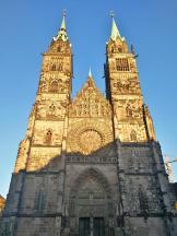 Frontansicht auf die evangelsiche Lorenzkirche