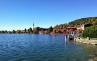 Blick vom Seeuferweg auf den Ort Schliersee