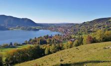 Blick hinunter auf den Ort Schliersee und den gleichnamigen See