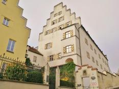 Das ehemalige Schloss, das aus der ursprünglichen Burg hervorging. Heute ein Altersruhesitz und Pflegeheim.