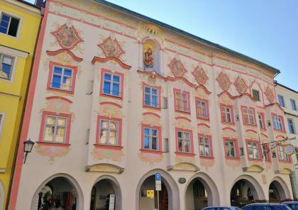 Das Kernhaus mit Rokokofassade ggü. dem Rathaus, heute ein Hotel