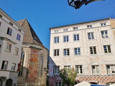 Mit Lüftlmalerei verziertes Haus an der Rückseite von St Jakob