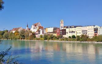 Blick vom Inn-Ufer auf die Altstadt von Wasserburg