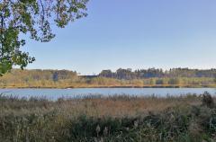 Links und rechts des Flusses ersreckt sich eine geschützte Auenlandschaft