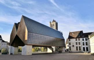 Die Stadshal am Poeljemarkt zwischen Belfort und Sint Niklaskerk