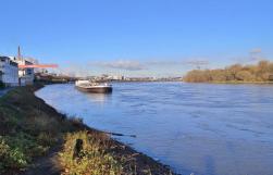 Blick Rheinaufwärts in Richtung der Chemiewerke