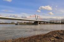 Hinter der Rheinbrücke befindet sich der Düsseldorfer Flughafen
