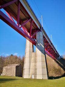 Oben donnert ein TGV über die Eisenbahnbrücke