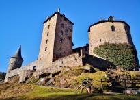 Hinter der Burg gehts hinab ins Warchetal