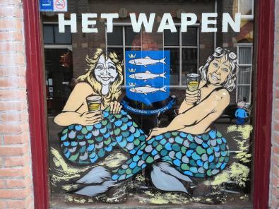 Wappen von Scheveningen in einem Schaufenster