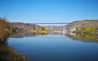 Blick von Winningen zur Moseltalbrücke der Autobahn A61