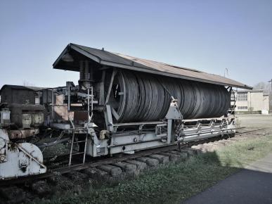 Gigantischer Kabelaufroller für die Starkstromkabel des Baggers