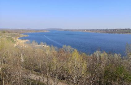 Blick vom Aussichtsturm zum Strandbereich des Sees