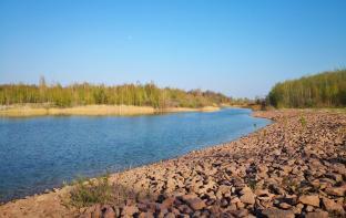 Ein großes Vogelschutzgebiet ist durch einen schmalen Kanal von der Landzunge abgetrennt