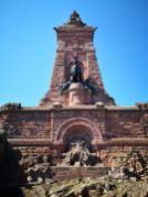 Unten Kaiser Friedrich I. Barbarossa, oben Kaiser Wilhelm I.